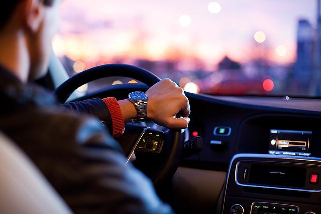 Noleggio lungo termine di un auto vs acquisto: vantaggi e svantaggi